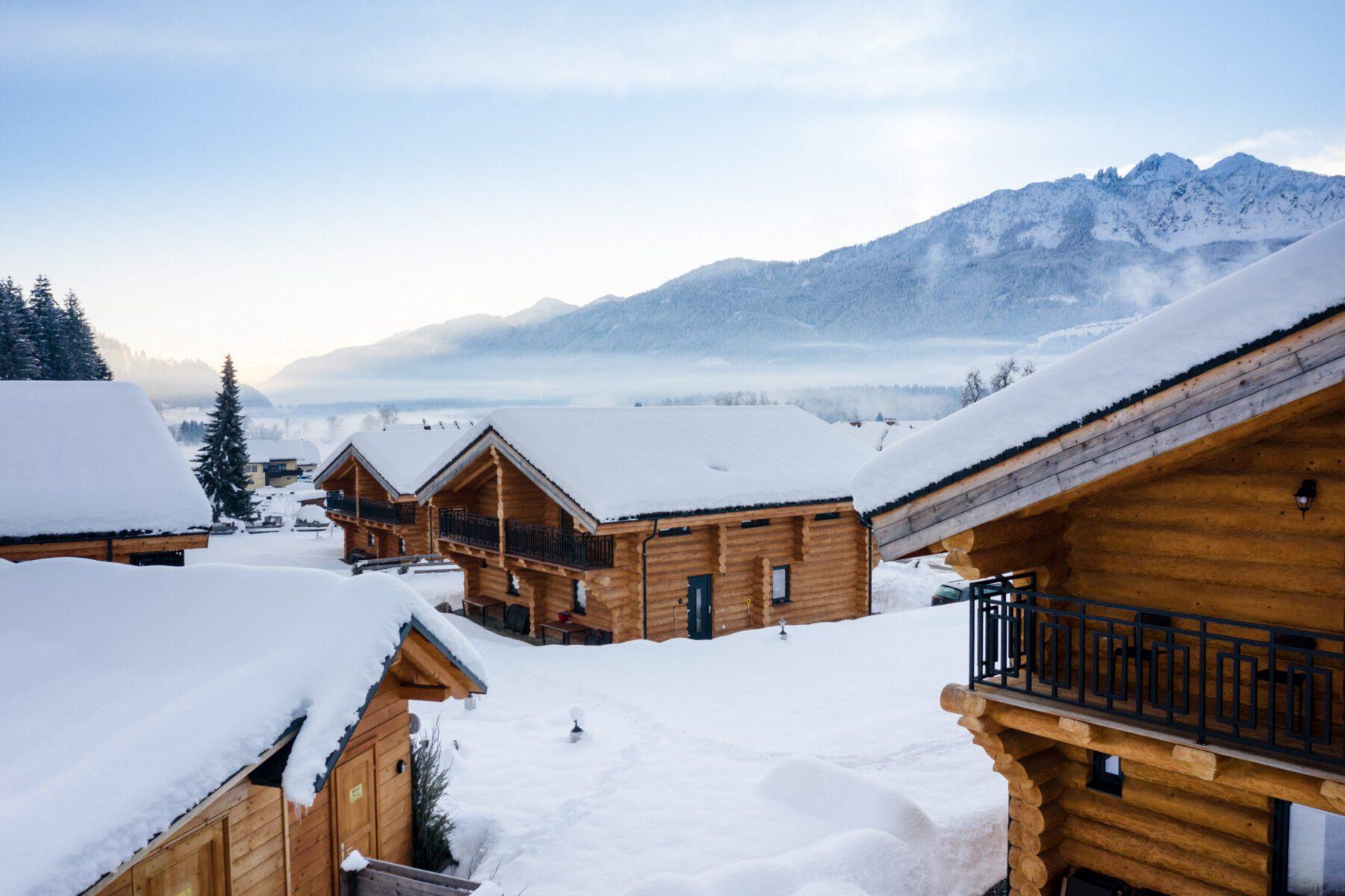 besneeuwd chalets met op de achtergrond bergen
